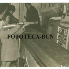 Fotografía antigua: FOTO ORIGINAL ATRACCION DE FERIA NIÑO PUNTERIA AL BLANCO ESCOPETA AIRE COMPRIMIDO - 14X9 CM. Lote 74698243