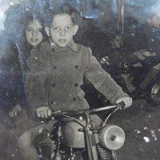 Fotografía antigua: VIEJA FOTOGRAFÍA. NIÑO EN MOTO.. Lote 75070123