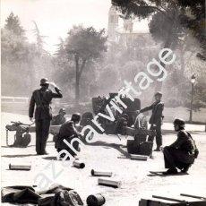 Fotografía antigua: MADRID, 1980, PIEZAS DE ARTILLERIA DISPARANDO SALVAS, FESTIVIDAD SANTIAGO APOSTOL, 180X240MM. Lote 75457931