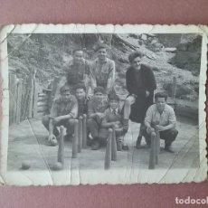 Fotografía antigua: ANTIGUA FOTOGRAFIA JOVENES BOLERA. BOLOS. FOTO PEPE. CABORANA. ALLER. ASTURIAS. 1958.. Lote 75615383