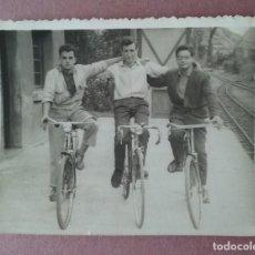Fotografía antigua: ANTIGUA FOTOGRAFIA HOMBRES JOVENES EN BICICLETA. MIERES ALLER ?. ASTURIAS. AÑOS 50.. Lote 75623231