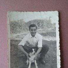 Fotografía antigua: ANTIGUA FOTOGRAFIA HOMBRE JOVEN CON UN PERRO. FOTO TINO. POLA DE SIERO. ASTURIAS. AÑOS 50.. Lote 75631303