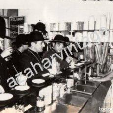 Fotografía antigua: CURAS DEL PALMAR DE TROYA Y EL PAPA CLEMENTE EN UNA HELADERIA, 178X128MM. Lote 76265947