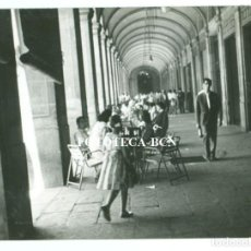 Fotografía antigua: FOTO ORIGINAL PLAZA REAL BARCELONA BAR TERRAZA AÑO 1957 - 10,5X7,5 CM. Lote 76599931