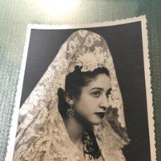 Fotografía antigua: ANTIGUA FOTOGRADIS MUJER DE MANTILLA - FOTO ARJONA SEVILLA - AÑOS 40. Lote 76833279