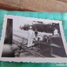 Fotografía antigua: FOTO FOTOGRAFIA DE TREN VAGONES VAGON ESTACION OPERARIOS VIAS. Lote 76974057