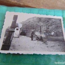 Fotografía antigua: FOTO FOTOGRAFIA DE TREN VAGONES VAGON ESTACION OPERARIOS VIAS. Lote 76974121