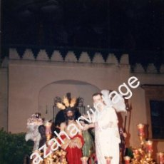 Fotografía antigua: SEMANA SANTA DE SEVILLA, 1990, PASO DE MISTERIO HERMANDAD DE SAN BENITO, 100X150MM. Lote 77983153
