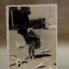 Fotografía antigua: ANTIGUA FOTO, SEÑORA DANDO DE COMER A LAS PALOMAS, VALENCIA. Lote 78215397