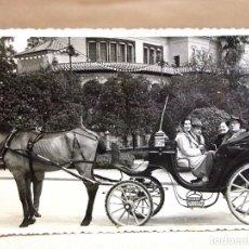 Fotografía antigua: ANTIGUA FOTO, SEÑORA DANDO DE COMER A LAS PALOMAS, VALENCIA. Lote 78216313