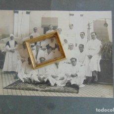 Fotografía antigua: FOTO FOTOGRAFO CEREZO HUELVA MEDICOS MONJAS HIJAS DE LA CARIDAD LA MERCED ?? SAN VICENTE DE PAUL ??. Lote 78240313