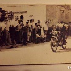 Fotografía antigua: ELDA - FOTO CARRERA DE MOTOS AÑOS 50/60 - FOTÓGRAFO PEÑALVER (REVERSO). Lote 78353913