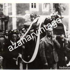 Fotografía antigua: SOPUERTA,1935, ENTIERRO DEL CICLISTA FRANCISCO CEPEDA, ASISTENTE VICENTE TRUEBA, 178X128MM. Lote 78531397