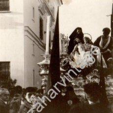 Fotografía antigua: SEMANA SANTA DE SEVILLA, ANTIGUA FOTOGRAFIA PASO DE MISTERIO DE SANTA MARTA, 105X75MM. Lote 78534969