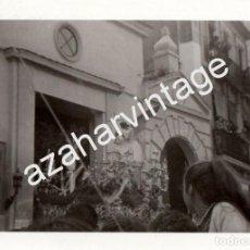 Fotografía antigua: SEMANA SANTA SEVILLA, ANTIGUA FOTOGRAFIA SALIDA HERMANDAD DE MONTESION, 108X78MM. Lote 78649657