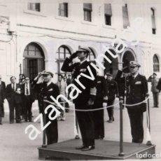 Fotografía antigua: CARTAGENA, 1980, SU MAJESTAD EL REY DON JUAN CARLOS ESCUCHANDO EL HIMNO NACIONAL, 240X180MM. Lote 79250689