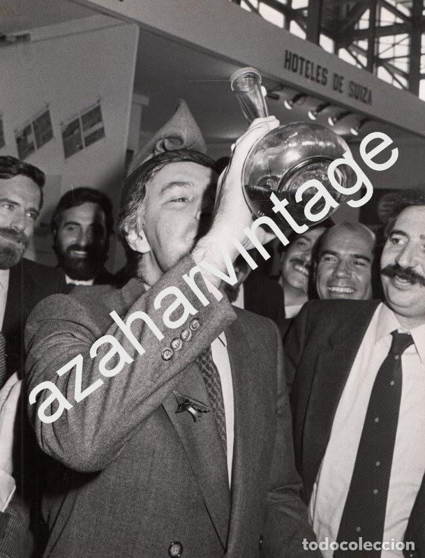 MADRID, 1983, FELIPE GONZALEZ BEBIENDO DE UN PORRON EN LA INAUGURACION DE FITUR, 180X240MM (Fotografía Antigua - Fotomecánica)