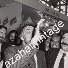 Fotografía antigua: MADRID, 1983, FELIPE GONZALEZ BEBIENDO DE UN PORRON EN LA INAUGURACION DE FITUR, 180X240MM. Lote 79251825