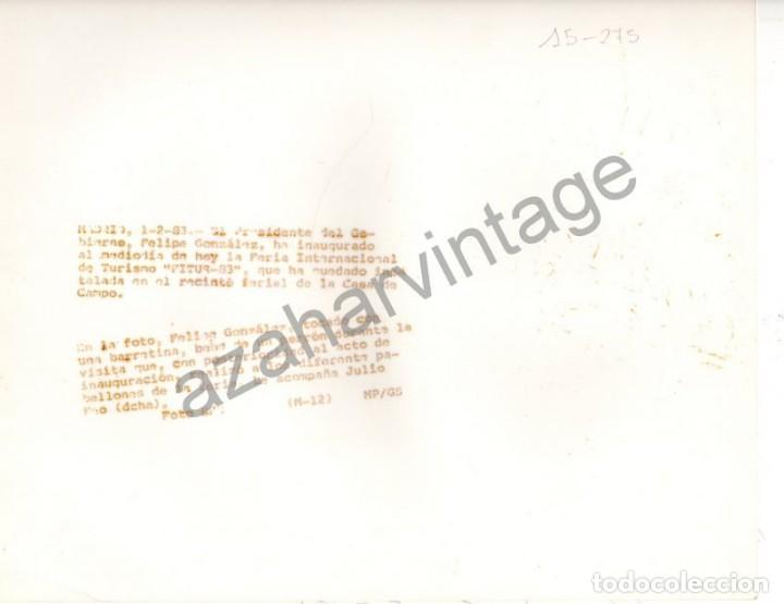 Fotografía antigua: MADRID, 1983, FELIPE GONZALEZ BEBIENDO DE UN PORRON EN LA INAUGURACION DE FITUR, 180X240MM - Foto 2 - 79251825