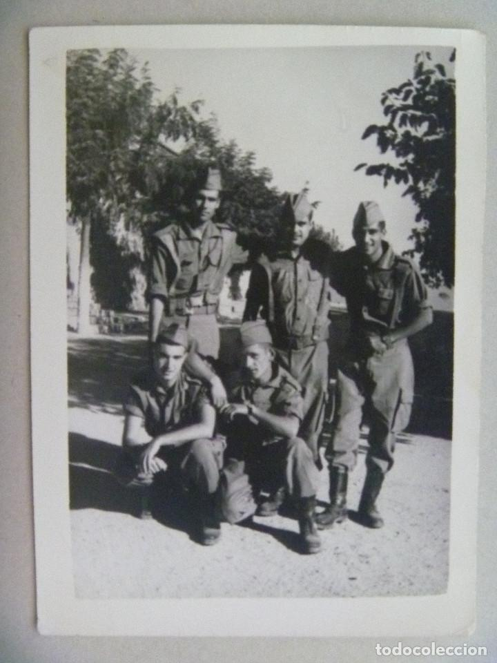 FOTO DE LA MILI : SOLDADOS CON ROPA DE FAENA . AÑOS 60. (Fotografía Antigua - Fotomecánica)