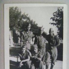Fotografía antigua: FOTO DE LA MILI : SOLDADOS CON ROPA DE FAENA . AÑOS 60.. Lote 79601129
