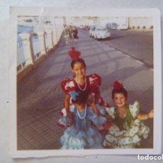 Fotografía antigua: FOTO NIÑAS VESTIDAS DE FLAMENCA .DETRAS COCHES DE EPOCA. Lote 79632381
