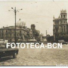 Fotografía antigua: FOTO ORIGINAL PLAZA DE CIBELES MADRID COCHE TAXI SEAT 1500 PUBLICIDAD SOBERANO AÑOS 60 - 11X7,5 CM. Lote 81095212