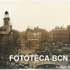 Fotografía antigua: FOTO ORIGINAL PUERTA DEL SOL MADRID COCHE AUTOMOVIL AUTOBUS AÑOS 60 - 10,5X7,5 CM. Lote 81095400