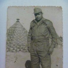 Fotografía antigua: FOTO DE LA MILI : SOLDADO CON ROPA DE FAENA Y TIENDAS DE CAMPAÑA . AÑOS 60.. Lote 81253296