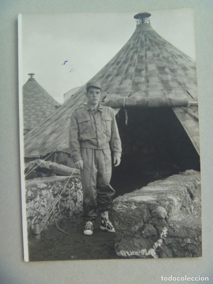 FOTO DE LA MILI : SOLDADO CON ROPA DE FAENA Y TIENDAS DE CAMPAÑA . AÑOS 60. (Fotografía Antigua - Fotomecánica)