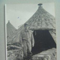 Fotografía antigua: FOTO DE LA MILI : SOLDADO CON ROPA DE FAENA Y TIENDAS DE CAMPAÑA . AÑOS 60.. Lote 81348640
