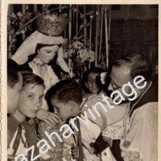 Fotografía antigua: SEVILLA, ANTIGUA FOTOGRAFIA BESAMANOS DIVINA PASTORA DE CAPUCHINOS, FOT.PEÑA, 116X176MM. Lote 81637784