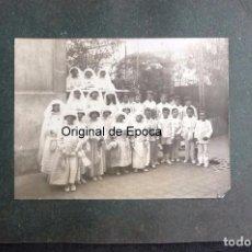 Fotografía antigua: (JX-170358) FOTOGRAFÍA DE NIÑAS Y NIÑOS EN LA PRIMERA COMUNIÓN , AÑOS 20 -30 .. Lote 81745632