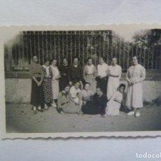 Fotografía antigua: FOTO DE UN GRUPO DE MUJERES DETRAS UNA VERJA. AÑOS 30. Lote 82099732