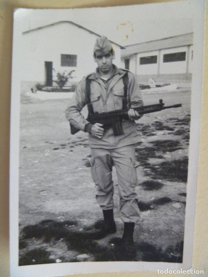 FOTO DE LA MILI : SOLDADO CON ROPA DE CAMPAÑA Y CETME. AÑOS 60. (Fotografía Antigua - Fotomecánica)