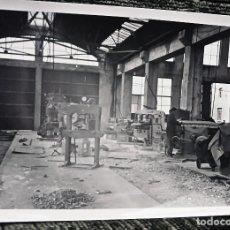 Fotografía antigua: ANTIGUA FOTOGRAFÍA. TALLER DE RENFE. FOTO AÑOS 50. FERROCARRIL. . Lote 83121324