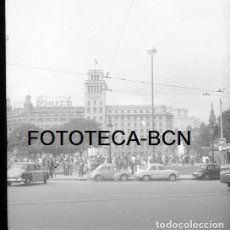 Fotografía antigua: NEGATIVO 20MM PLAZA CATALUÑA COCHE RENAULT TAXI MERDEDES BENZ TRANVIA AÑOS 50. Lote 84073196
