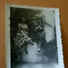Fotografía antigua: ANTIGUA FOTOGRAFÍA. MÁLAGA. CHICAS EN EL JARDÍN. FOTO AÑOS 50. . Lote 85223724