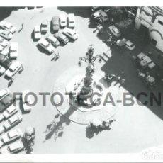 Fotografía antigua: FOTO ORIGINAL SEVILLA PLAZA DE LA VIRGEN DE LOS REYES FUENTE DE LA GIRALDA COCHE AUTOMOVIL - 10X7 CM. Lote 85537316