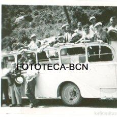 Fotografía antigua: FOTO ORIGINAL AUTOBUS AUTOCAR VIAJERA RUTA POR CATALUNYA AÑO 1936 - 5,5X5,5 CM. Lote 85738404