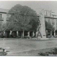 Fotografía antigua: FOTO ORIGINAL PALENCIA PLAZA MAYOR AÑO 1964 - 10X7 CM. Lote 85880152