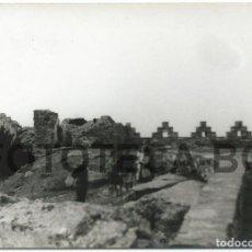 Fotografía antigua: FOTO ORIGINAL RUINAS CASTILLO BEGUR COSTA BRAVA BARCAS PESCADORES AÑO 1962 - 10X7 CM. Lote 85903088