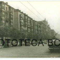 Fotografía antigua: FOTO ORIGINAL CALLE DE SANTANDER COCHE AUTOMOVIL TRANVIA AÑO 1962 - 10X7 CM. Lote 86190020