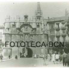 Fotografía antigua: FOTO ORIGINAL BURGOS PUERTA DE SANTA MARIA COCHE AUTOMOVIL AÑO 1964 - 10X7 CM. Lote 86282676