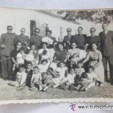 Fotografía antigua: GUARDIA CIVIL. CASA CUARTEL DE LOS GUINDOS. 1954 , BAUTIZO DE UN HIJO DEL CUERPO. Lote 86323504