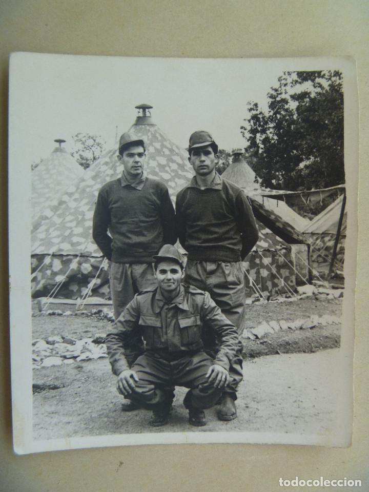 FOTO DE LA MILI : SOLDADOS CON ROPA DE FAENA Y TIENDAS DE CAMPAÑA . AÑOS 60. (Fotografía Antigua - Fotomecánica)