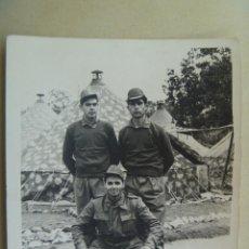 Fotografía antigua: FOTO DE LA MILI : SOLDADOS CON ROPA DE FAENA Y TIENDAS DE CAMPAÑA . AÑOS 60.. Lote 86327916