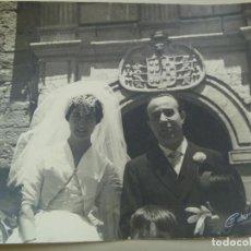 Fotografía antigua: FOTO DE BODA, 1960 . DE BARAS , UBEDA ( JAEN ), FIRMADA ..17 X 23 CM. Lote 86442332