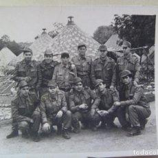 Fotografía antigua: FOTO DE LA MILI : SOLDADOS CON ROPA DE FAENA Y TIENDAS DE CAMPAÑA . AÑOS 60.. Lote 86559676