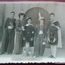 Fotografía antigua: BENEJAMA(ALICANTE) MOROS DELANTE DEL CASTILLO, FOTO MOLINA (CAUDETE) AÑOS 50.. Lote 86564488